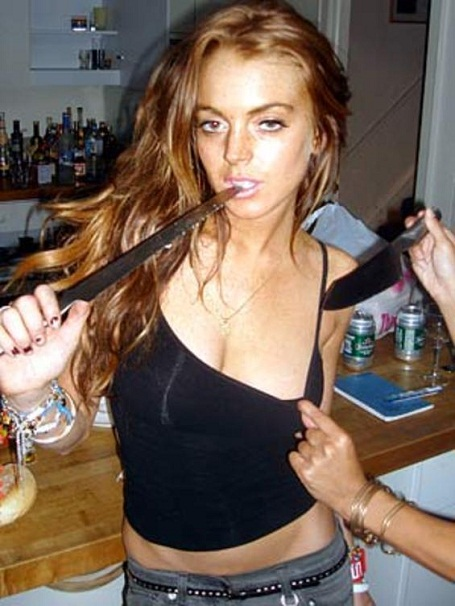 Lindsay Lohan drunk and playing with knives