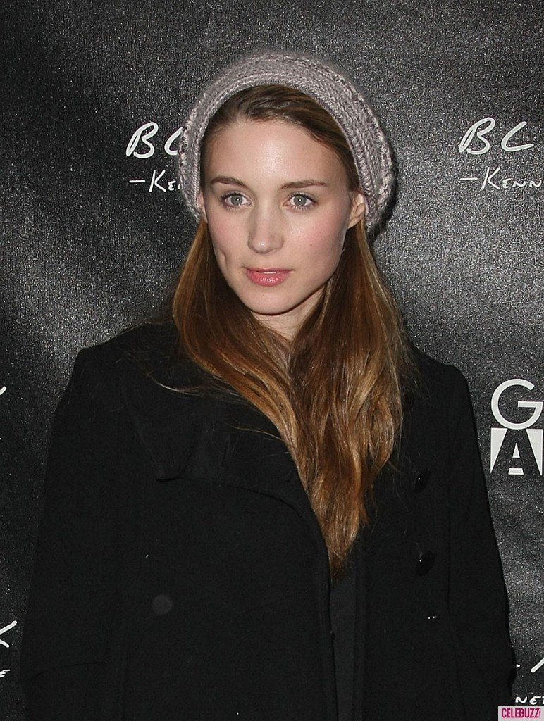 The 32-year old daughter of father Timothy Christopher Mara and mother Kathleen McNulty, 160 cm tall Rooney Mara in 2017 photo