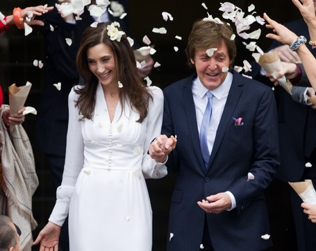Paul McCartney and Nancy Shavell being showered after their wedding